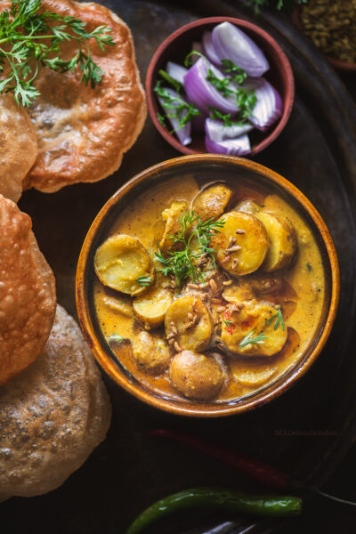 Saunfwaale Aloo is a Potato Curry majorly flavoured with fennel seeds & creamy, easy and quick to make and tastes heavenly when served with Pooris or Rotis.